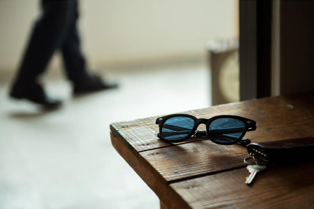 職人の手で丁寧に作られたサングラスが使う人の手で日々の生活に馴染み、愛着深まるサングラスとなっていく。