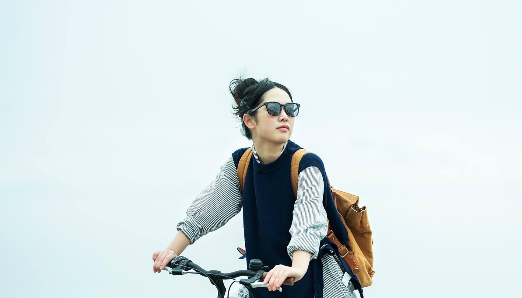 """颯爽と街を自転車で走る日もあれば、家族で山に遊びに行く日もある。暮らしに馴染み、使う人に""""よりそう""""眼鏡工場からの新しい提案。"""